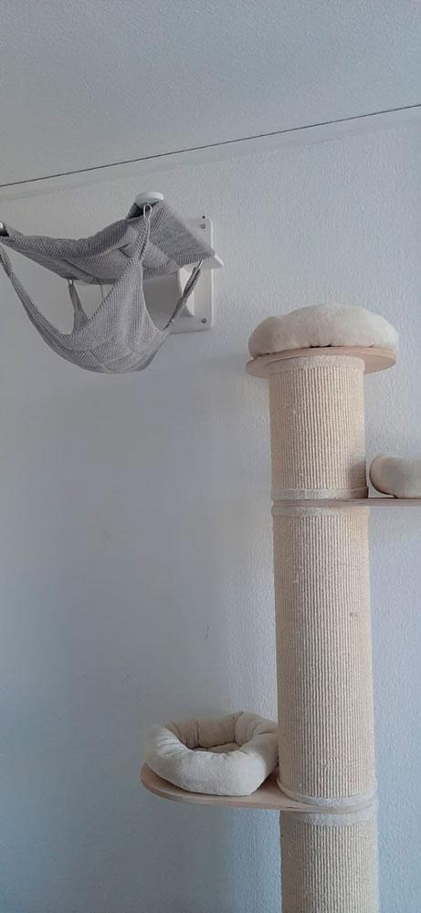 Wandliege und Kratzsäule in einer Katzenwohnung